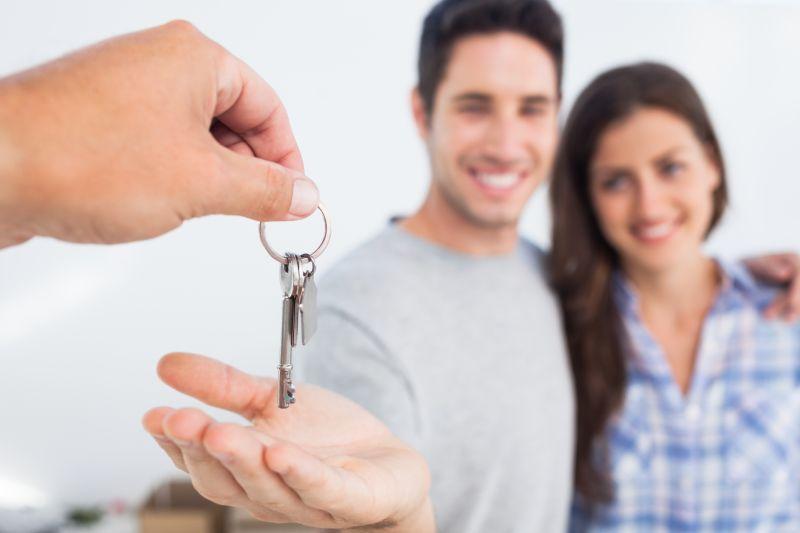 Paar bekommt Schlüssel für sein Haus